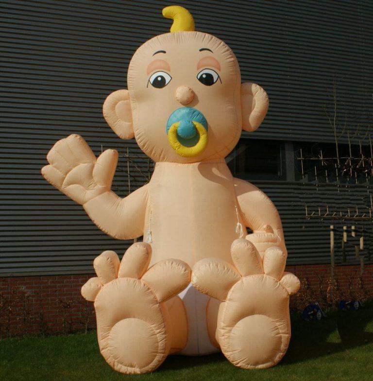opblaasbare baby 4 meter hoog