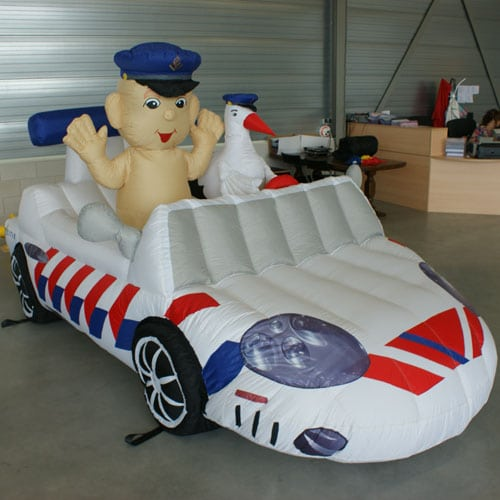 opblaasbare baby in politieauto