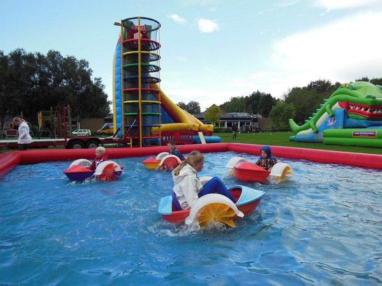 zwembad met peddel bootjes huren
