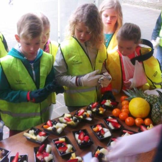 suikerspin, popcorn en vers fruit uitdelen